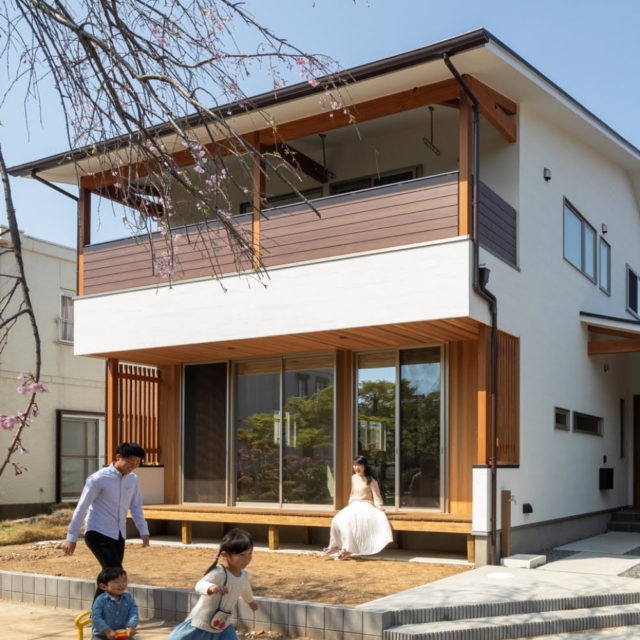 縁側から桜を眺める家
